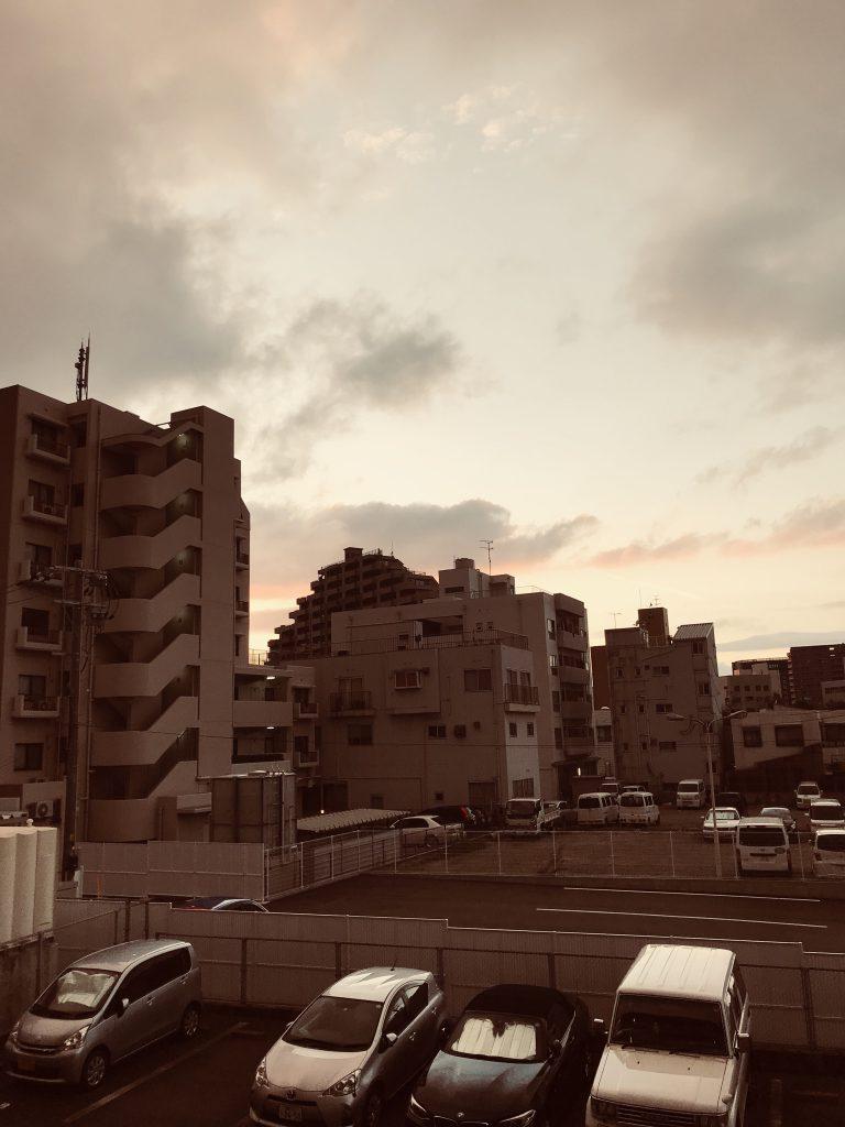 事務所から望む夕日の風景です。